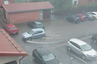 Ukkonen ja rankkasade piiskasivat Oulua – katso lukijoiden kuvia tulvivasta kaupungista