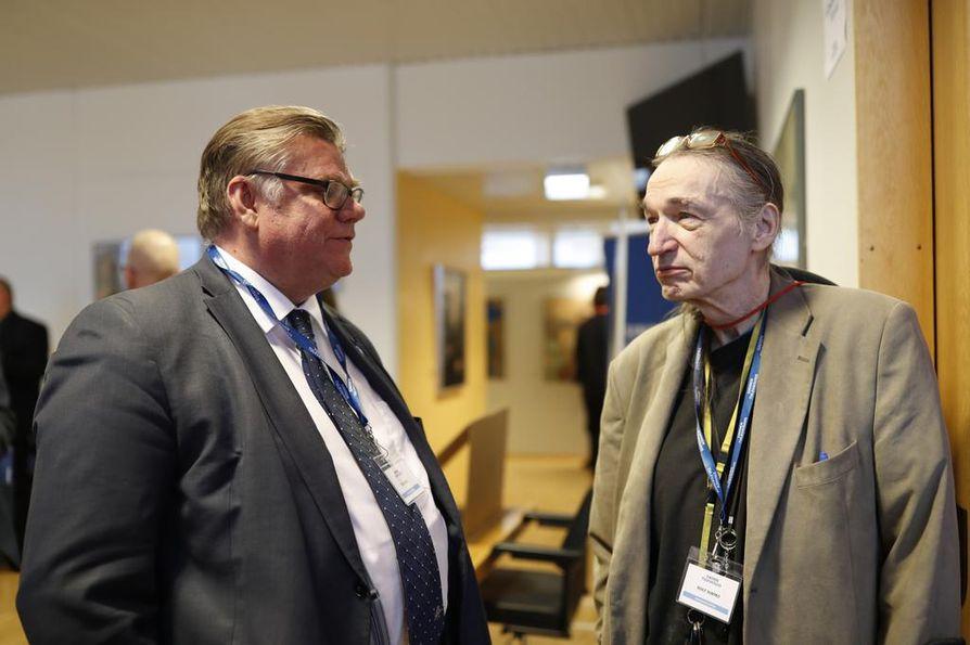 """Ulkoministeri Timo Soini vaihtoi kuulumisia SMP:n ajoilta tutun Rolf """"Fred"""" Sormon kanssa. Sormo työskenteli aikoinaan SMP:n suunnittelupäällikkönä."""