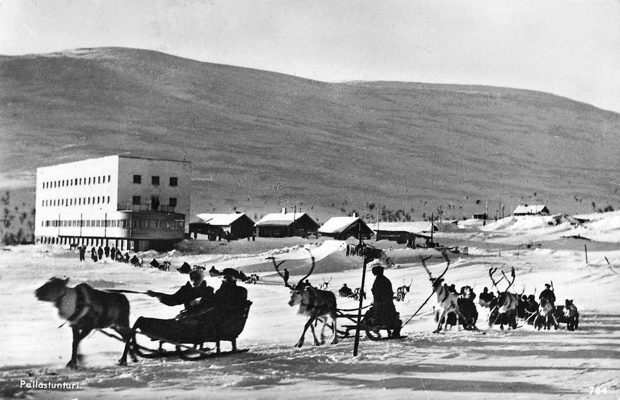 Pallaksen ensimmäiselle nykyaikaiselle tunturihotellille matkustettiin 1930-luvun lopulla ilman moottoria porokyydillä ja moottorin avulla lumikiitäjillä.