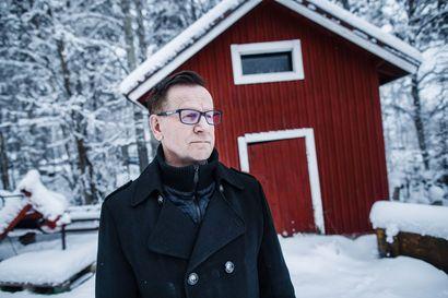 """Suomalaiset pelastivat joulumerkeillä vauvoja """"valkoiselta rutolta"""" – Riku Tapio vietti kahdeksan kuukautta eristyksessä, ennen kuin pääsi ensi kertaa äitinsä syliin"""