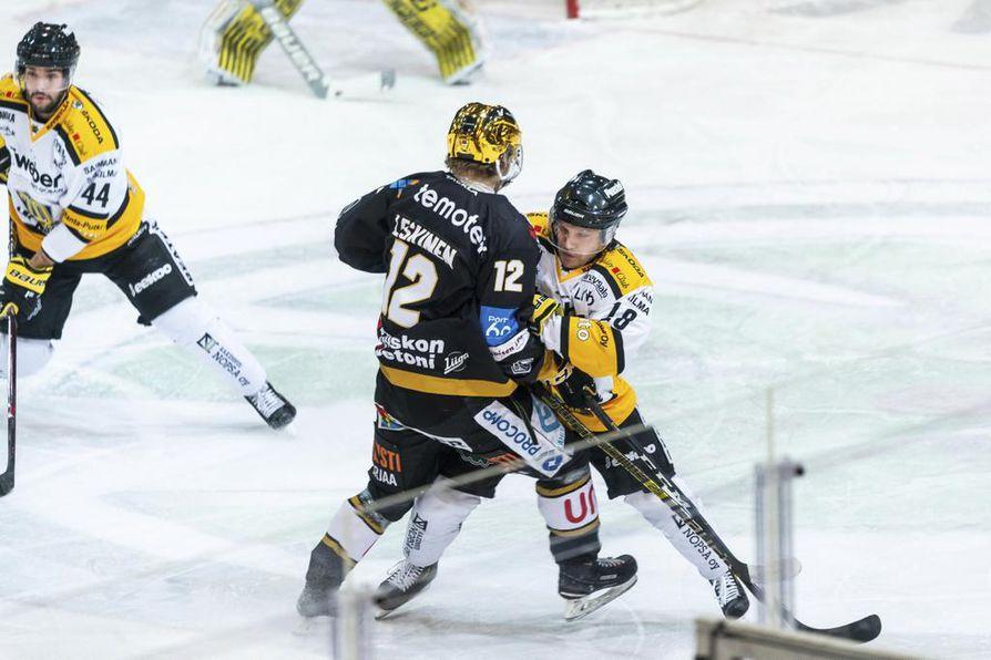 Kultakypärä Ville Leskinen iski Kärppien 2–2-tasoituksen ja nousi jakamaan Liigan pistepörssin kärkipaikkaa HPK:n Teemu Turusen kanssa. Molemmilla on kasassa 49 tehopistettä, mutta kärppähyökkääjä on tehnyt viisi osumaa enemmän.