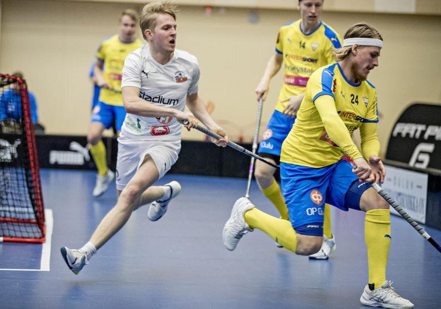 OLS:n Eetu Sariola (24) ja Olli-Matti Virrankari (14) eivät pystyneet estämään valkopaitaisen Oilersin marssia vierasvoittoon.