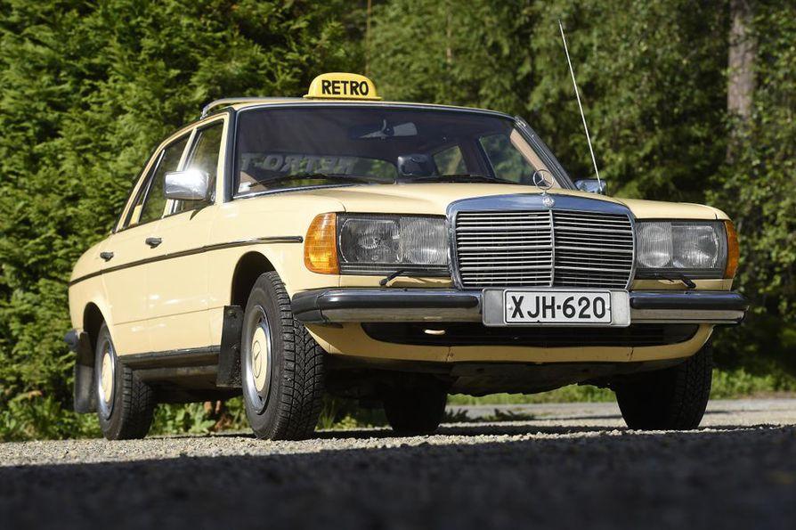 Kuvan retrotaksi ei ole omistajansa mukaan ollut taksiliikenteessä eikä siinä ole ollut taksamittaria, vaan sillä ajetaan tilauskuljetuksia.