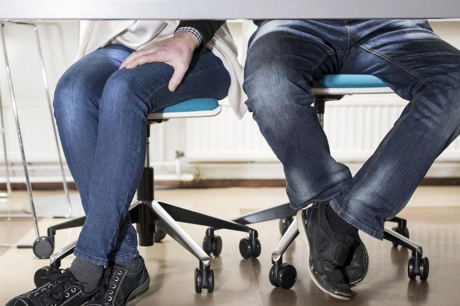 Seksuaalinen ahdistelu määriteltiin ja kriminalisoitiin laissa vuonna 2014. Laissa puhutaan vain koskettelusta. Monet naiset kertovat kokeneensa seksuaalista ahdistelua esimerkiksi työpaikalla.