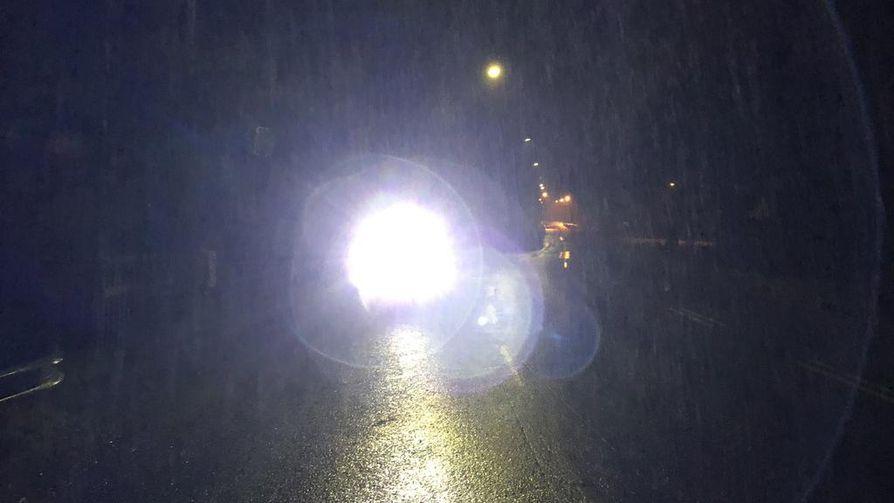 Poliisipartio otti tämän kuvan lauantai-iltana Turun seudulla vastaan tulleesta kävelijästä, joka kertoi taskulamppunsa tehoksi 1800 lumenia.