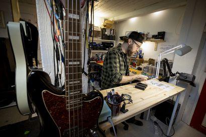 """Oululaisyritys valmistaa käsityönä sähköisille instrumenteille tarkoitettuja efektipedaaleja –""""Näkisin, että ulkonäön merkitys on musiikkilaitteissa melko suuri"""""""