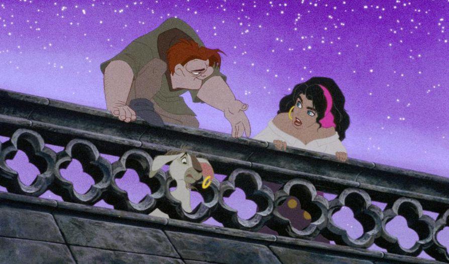 Kyttyräselkä Quasimodon ja mustalaistyttö Esmeraldan romanssi elää, mutta alun perin heidän tarinansa kunnioitti itse Notre Damen kirkkoa. Kuva vuoden 1996 Disney-elokuvasta.