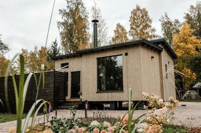 """Perhe rakensi 35 neliön talon ja viihtyy pienissä tiloissaan: """"Moni on sanonut tämän tuntuvan isommalta kuin neliöt antaisivat ymmärtää"""""""