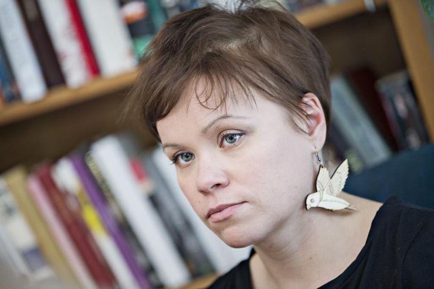 Essi Kummu on oululainen kirjailija, joka on käsitellyt teoksissaan muun muassa yksinhuoltajaäidin arkea.