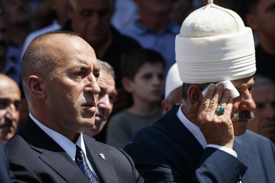 Pääministerin paikalta heinäkuussa eronnut Ramush Haradinaj (vas.) osallistui patsaan julkistamistilaisuuteen Kosovon Rahovecissa 21. heinäkuuta.