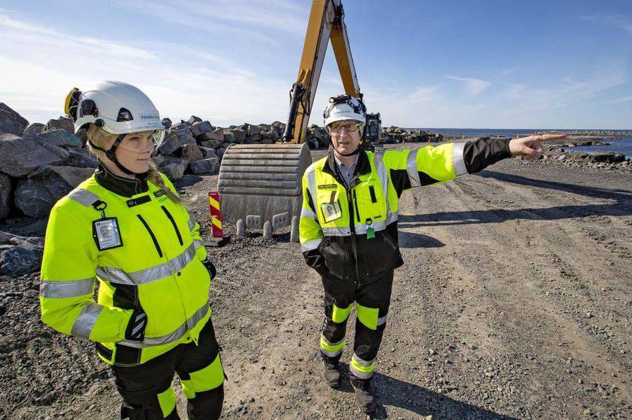 Fennovoiman alueviestintäpäällikkö Heli Haikola (vas.) ja rakentamispäällikkö Jouni Sipiläinen tietävät Fennovoiman työmaata kohtaan olevan kiinnostuksen. –¿Kaikkia halukkaita vierailijoita ei voida edes ottaa vastaan, Haikola kertoo.