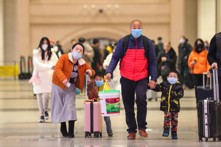 epa08149198 Passengers wearing protective masks walk inside Hankou Railway Station in Wuhan, Hubei province, China, 21 January 2020 (issued 22 January 2020). A new type of coronavirus has infected hundreds of people in the city.  EPA/YUAN ZHENG CHINA OUT  BY: ALL OVER PRESS / EPA-PHOTO CODE: EPAXX8