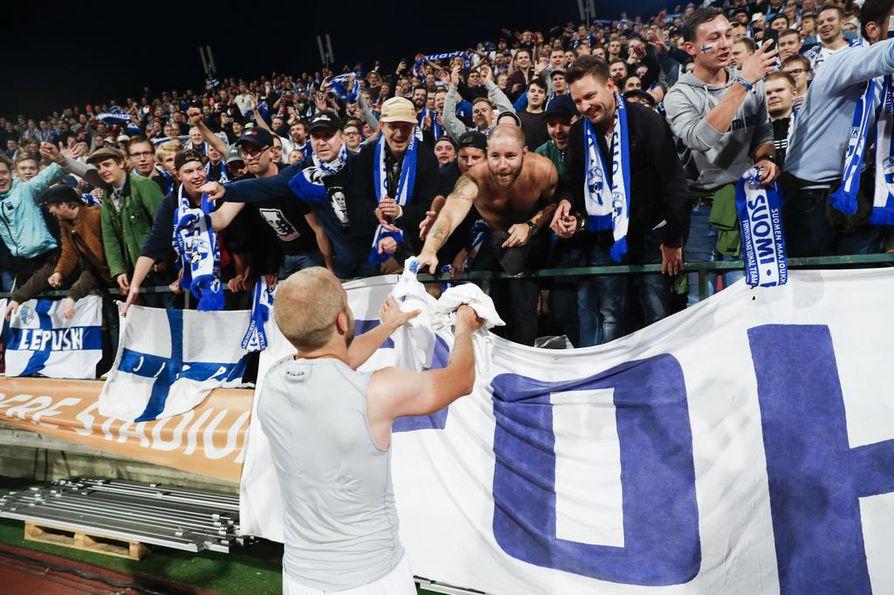 Suomi voitti kolme ensimmäistä Kansojen liigan otteluaan 1–0 ja joka kerta maalin teki Teemu Pukki. Kuvassa Pukki kiittää Suomen kannattajia syyskuisen Unkari-ottelun jälkeen.