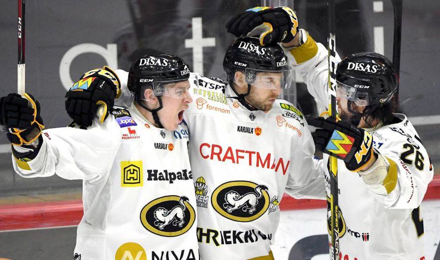 LKS 20190415 Kärppien Atte Ohtamaa, maalintekijä Oskar Osala ja Shaun Heshka tuulettavat 0-3 maalia jääkiekon Liigan kuudennessa välieräottelussa HIFK vs Kärpät 15. huhtikuuta 2019 Helsingissä. Viime kauden Suomen mestari Kärpät on selviytynyt Liigan finaaleihin. Se voitti kuudennessa välierässä HIFK:n 3-0 ja menee jatkoon voitoin 4-2. LEHTIKUVA / JUSSI NUKARI