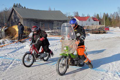Raahen ensimmäiset Talvipörinät: Vanhojen mopojen leikkimielinen kisatapahtuma onnistui