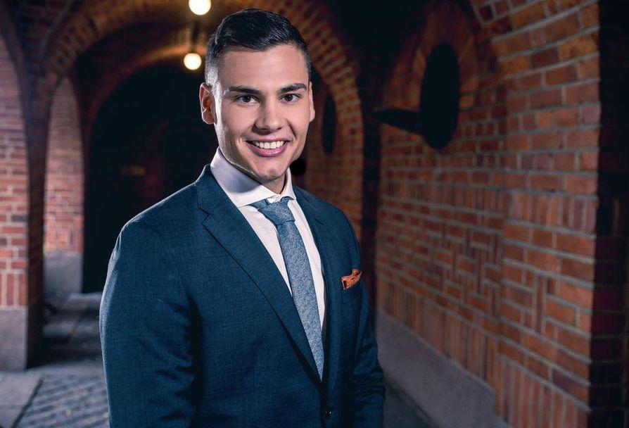 Suomen Bachelor on Christoffer Forsman. Hän työskentelee Helsingissä palomiehenä ja on myös yrittäjä.