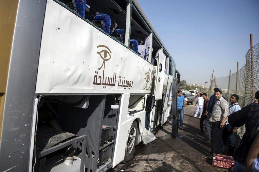 Eteläafrikkalaisia matkailijoita Gizan museoalueelle kuljettanut bussi vaurioitui räjähdyksessä sunnuntaina. Egyptiläistietojen mukaan kaikkiaan 16 ihmistä sai vammoja.