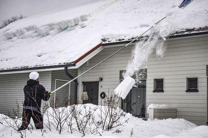 Viranomaiset suosittelevat tarkastelemaan kattoja, lumen pudotus katoilta on tiimityötä