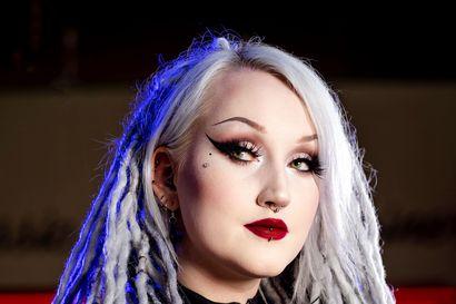 """Synkkä päältä, mutta ei sisältä – oululainen Underground Model -finalisti Noora """"Nooti"""" Pulkkinen pukeutuu mustaan, keräilee kalloja ja inspiroituu noidista ja vampyyreista"""
