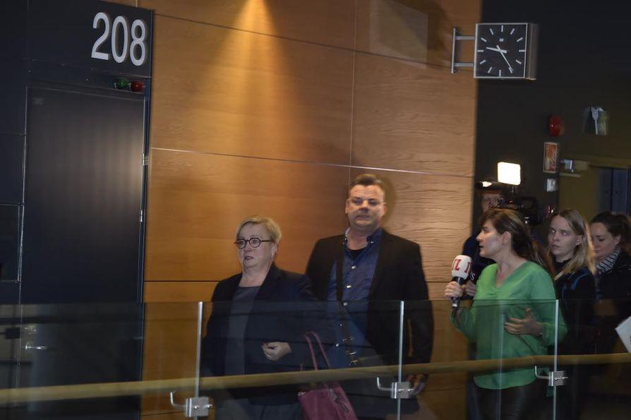 Riitta Leppiniemi (vas.) toimii Jari Silanpään asianajajana. Oikeuden istunnon alku viivästyi keskiviikkona hieman.