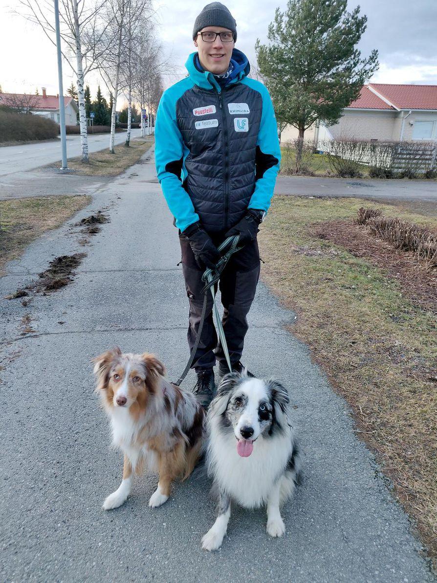 Kun lajiharjoittelu on jäänyt olemattomaksi, Matti Mattssonilla on ollut aikaa ulkoilla Esmen ja Naksun kanssa.