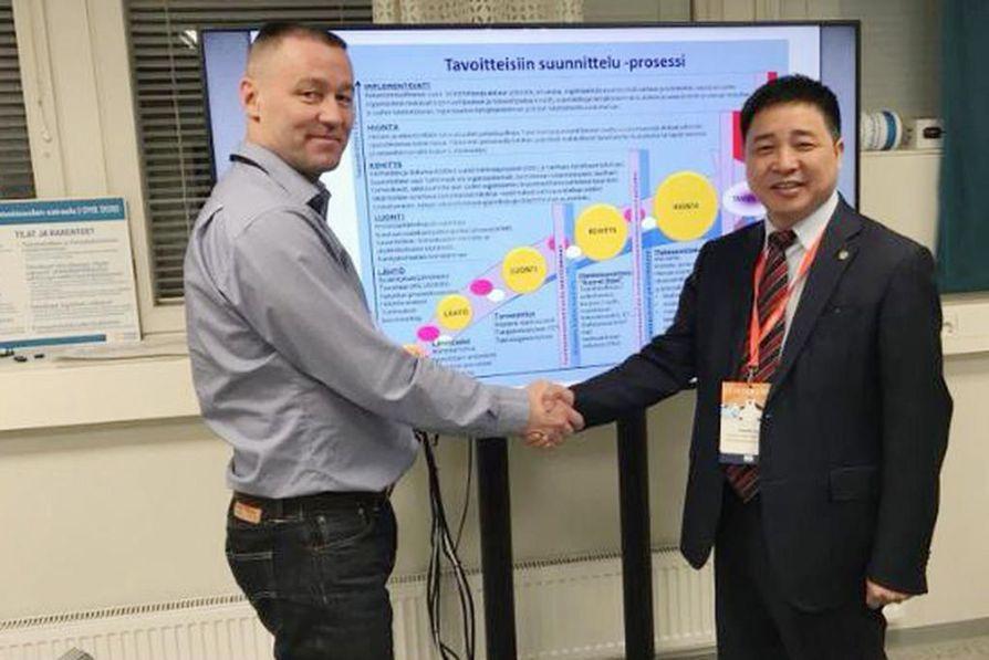 OYS:n sairaalahankkeen ohjelmajohtaja Kari-Pekka Tampio ja kiinalaisen Minipiilaakson hallituksen puheenjohtaja Kevin Liu kättelevät twitter-kuvassa keväällä 2018. Kiinalaisten mainostamaa yhteistyötä ei aloitettu.