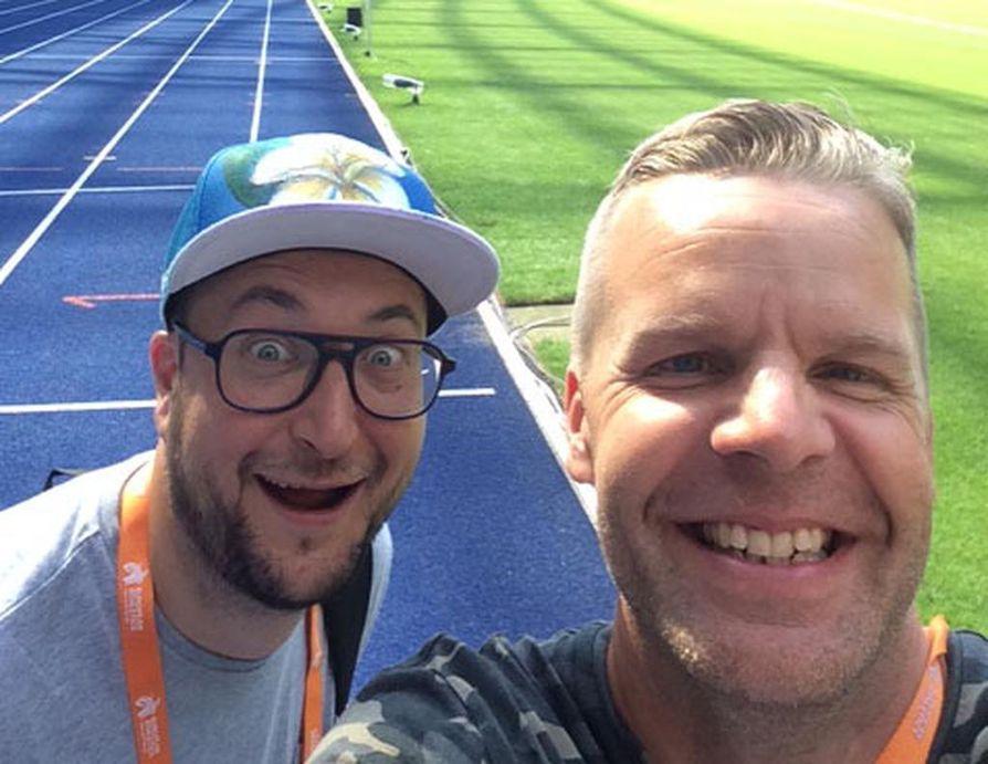Kimmo Porttila ja Jussi Eskola ovat tottuneet tekemään yhteistyötä urheiluselostajina. Viime vuonna he olivat EM-kisoissa Berliinissä. Ruotsi-ottelunkin työnjako on sovittu helposti ja sopuisasti.