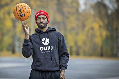 """Oulu Basketballin amerikkalaisvahvistus Dennis McKinney on Chicago Bullsin fani, joka seurasi tarkasti Lauri Markkasen otteita NBA-seurassa – """"Mielestäni hänen olisi pitänyt rankaista pienempiä puolustajia"""""""