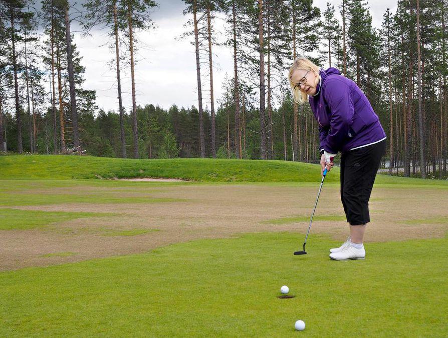 Ulla Parviainen on pelannut golfia intohimoisesti nyt muutaman vuoden ajan. Erityisesti Kuusamon Petäjäkankaan uudella golfkentällä tulee vietettyä aikaa.