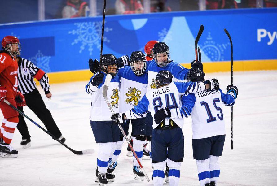 Suomalaisurheilijat juhlivat ottelun jälkeen.