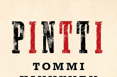 """Arvio: """"Kielelliseltä ilmaisultaan rikkaassa romaanissa tapahtumia ei juuri selitellä"""" –Tommi Kinnusen Pintissä keskiössä ovat käännekohtien vaikutukset yksilöihin"""