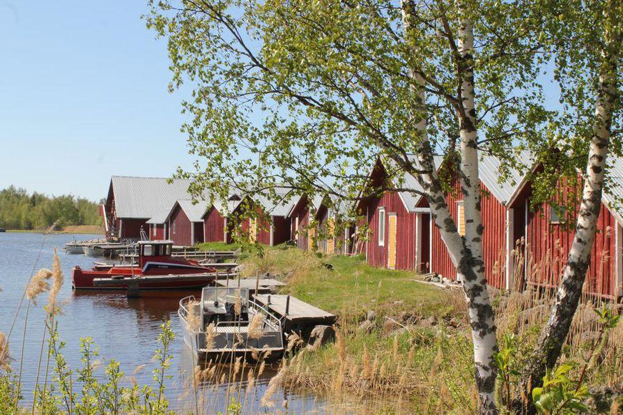 Mustasaaressa Björköbyn Svedjehamnista alkaa muun muassa 13 kilometrin mittainen vaellusreitti, joka johtaa Paniken satamaan.