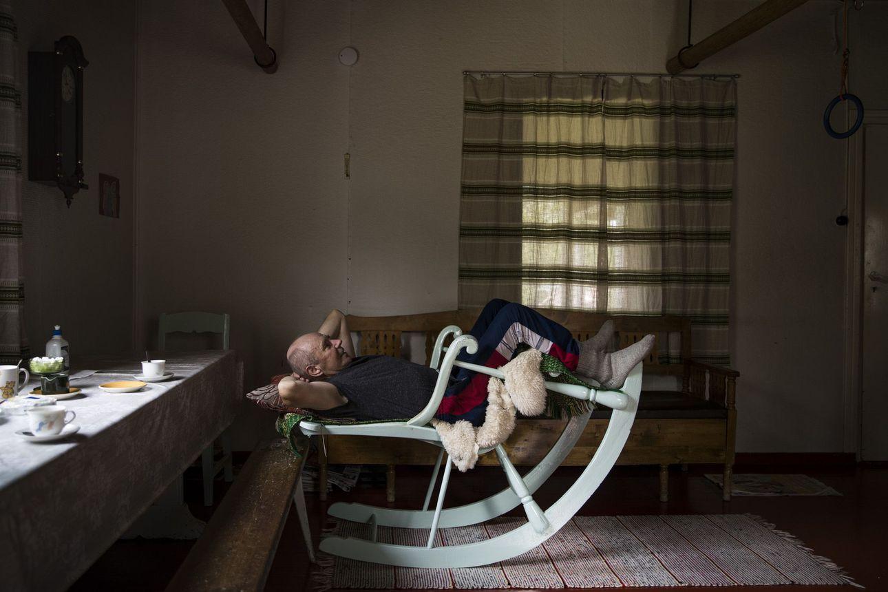 Makuuasento vanhassa soututuolissa tuottaa Ari Karjalaiselle parhaat ideat–Yli-Iin Tannilan keksijämies teki vanhalla Opelilla toimivan heinänkuivurin