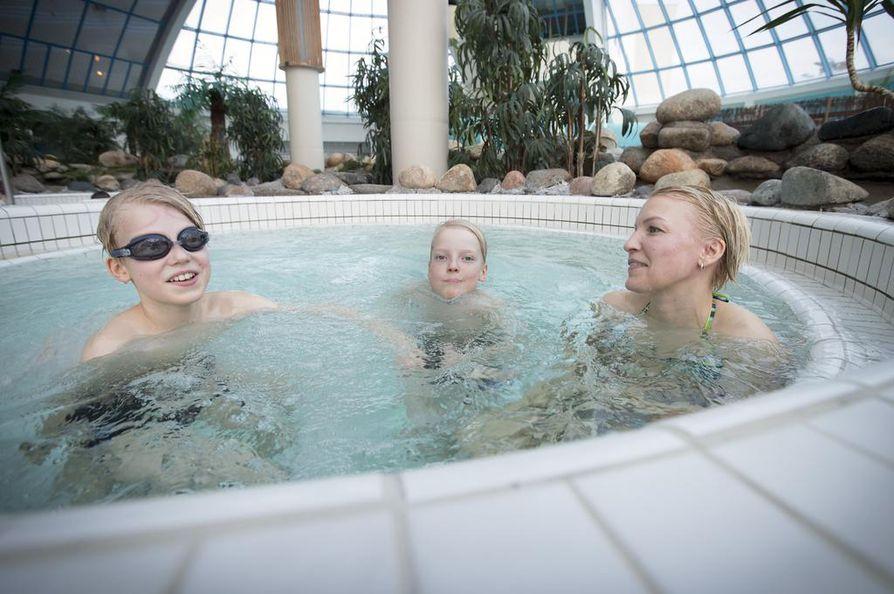 Noah (vas.), Gabriel ja Tina Lagström Vaasasta aloittivat talvilomansa vieton yhden yön reissulla Oulun Edeniin.