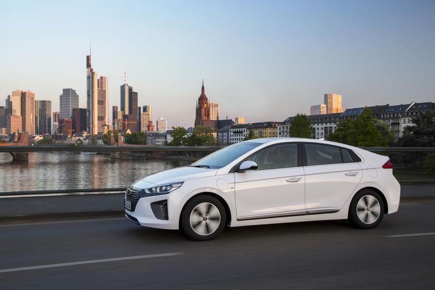 Hybridi- ja sähköauton kuten Hyundai Ioniqin vakuutushinnat vaihtelevat suuresti, joten yhtiöiden vertailu ja kilpailuttaminen voi tuoda kuluttajalle sievoiset säästöt. Lännen Median teettämässä vertailussa halvin vuosihinta oli vain 525 euroa, mutta tarjolla oli myös melkein kolme kertaa kalliimpia vakuutuspaketteja.