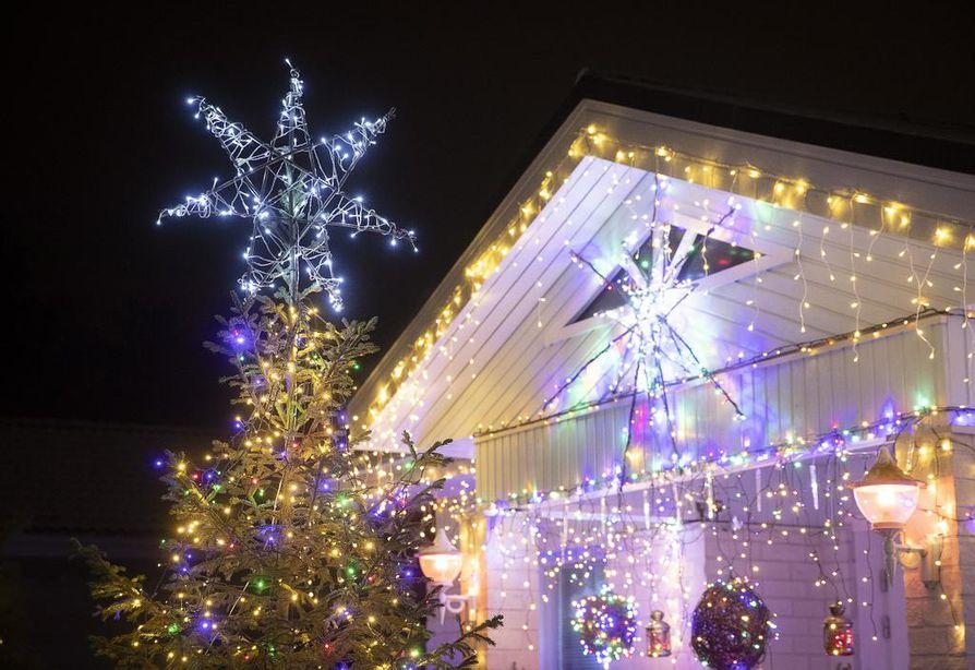 Oulun Huonesuolla voi ihailla komeita jouluvaloja.