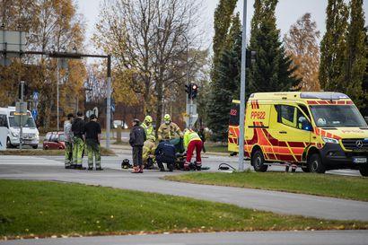 Henkilöauto ja kevytmoottoripyörä kolaroivat liikennevaloissa Raahessa