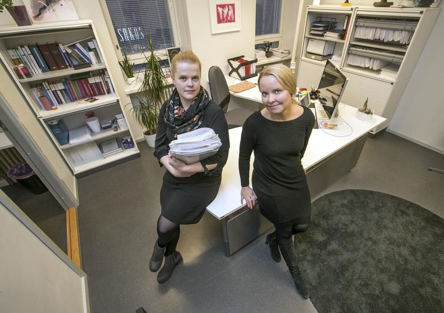 Asianajaja Katri Mäkinen (oik.) on avustanut oululaisäitiä pitkän huostaanottoprosessin aikana. Hän on muun muassa laatinut valituksia ja esittänyt vaatimuksia huostaanoton purkamiseksi ja osallistunut kymmeniin palavereihin sosiaaliviranomaisten kanssa. Mäkisen lisäksi työhön on osallistunut asianajosihteeri Hilla Puhakka.