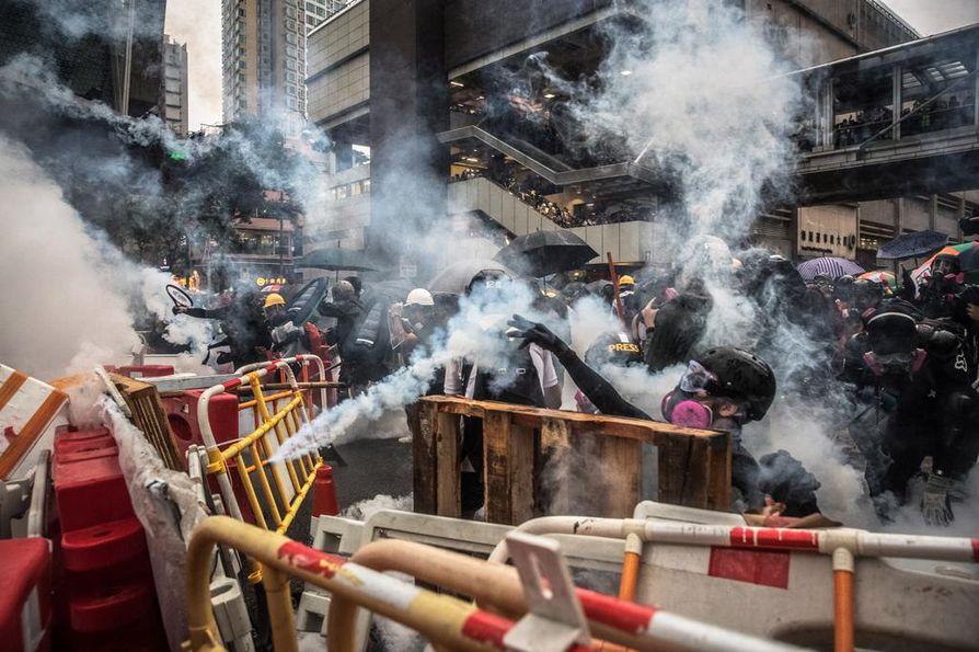 Hongkongissa poliisi käytti kyynelkaasua mielenosoittajia vastaan sunnuntaina.