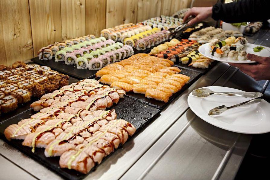 Sushilinjasto on värikäs, raikas ja monipuolinen. On kasviksia, kalaa ja lihaa, sushipalojen päällä marinadeja, kastikkeita ja kauniisti aseteltuja avokadosiivuja. Aitoa käsityötä.