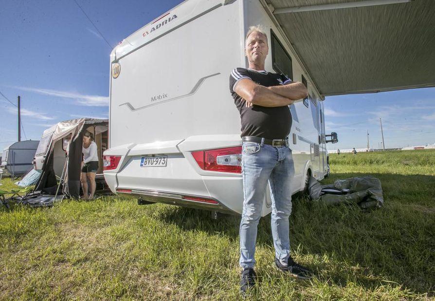 Kempeleläinen Timo Ojala aloitti leirin pystyttämisen heti parkkeeraamisen jälkeen. Katos kohosi varmoin ottein asuntoauton kylkeen.