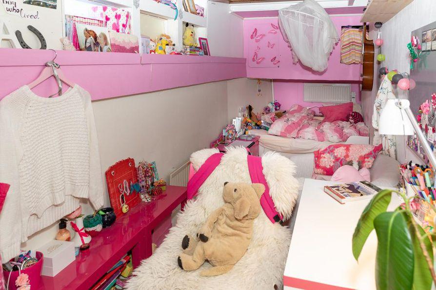 Ruuman etuosaan on rakennettu omat huoneet perheen lapsille. Inka Järvisen huone kertoo hänen lempiväristään.