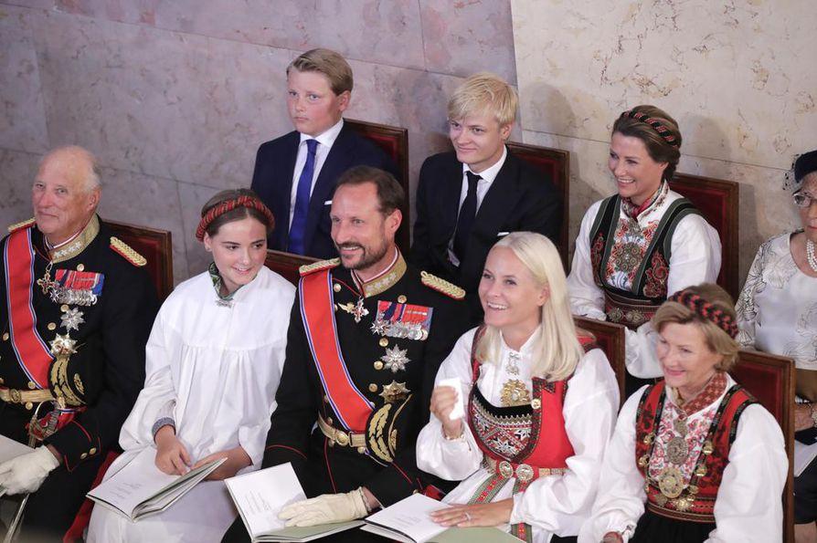 Norjan kuningashuoneessa on viime viikkoina koettu kovia. Prinsessa Märtha Louisen ( ylär. oik.)  entinen puoliso Ari Behn kuoli joulunpyhinä. Kuningas Harald (alar. vas.), kruununprinssi Haakon, kruununprinsessa Mette-Maarit ja kuningatar Sonja osallistuivat viime syksynä prinsessa Ingrid Alexandran ( alar. 2. vas. ) konfirmaatioon.  Mukana olivat myös prinssi Sverre Magnus (takar. 1. vas.) samoin kuin Marius Borg Hoiby, joka on Mette-Maaritin vanhin lapsi.
