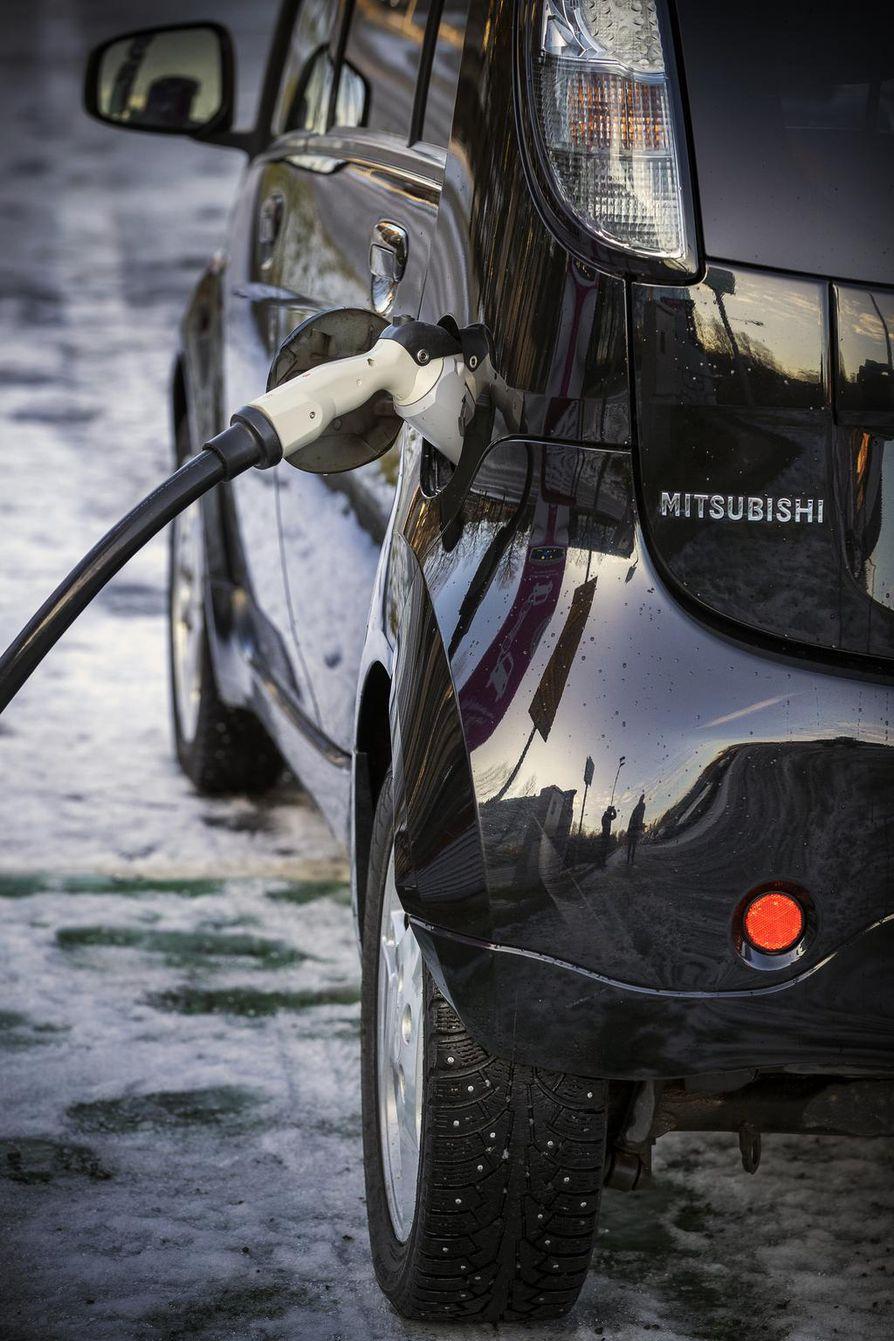 Pikalataus 80 prosenttiin kestää arviolta kaksikymmentä minuuttia Mitsubishin 16 kilowattitunnin akkuun. Tämänmittaisia pysähdyksiä on luvassa runsaasti pitkämatkalaiselle. Jos latausta pitää saada enemmän, lataaminen hidastuu ja aikaa kuluu enemmän.