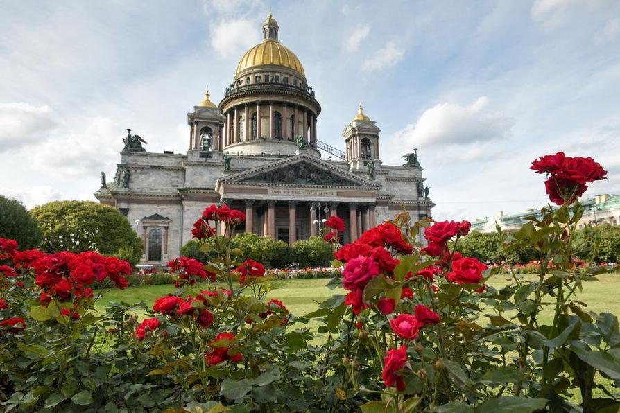 Iisakin kirkon 48 graniittipylvästä on tehty suomalaisen Virolahden graniitista. Pietarilla ja Suomella on tiivis yhteys historiassa. Ennen vallankumousta Pietarissa asui 40000 suomalaista, sekä inkerinsuomalaisia että Suomesta muuttaneita.