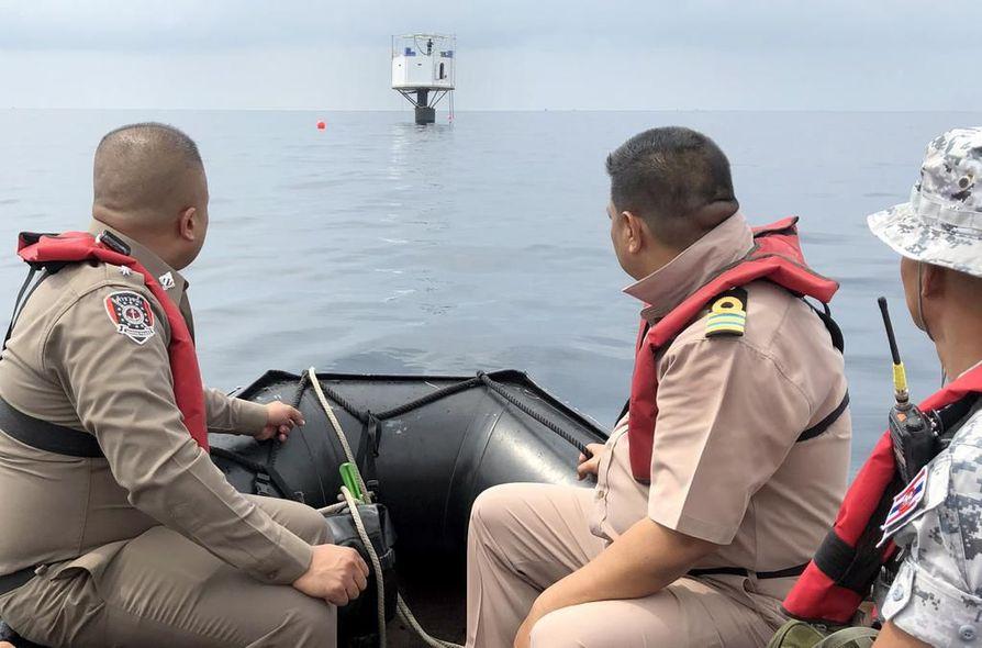 Thaimaan merivoimat väittää, että pieni koppi sijaitsee maan merialueella. Sen entisen asukkaiden mukaan rakennelma on juuri ja juuri kansainvälisellä merialueella.