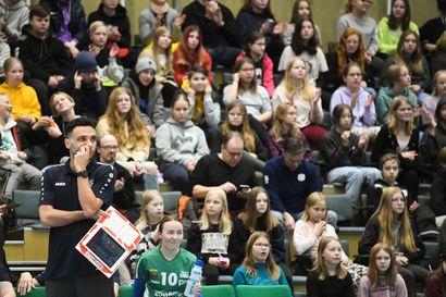 Koululaiset valtasivat lentopallokatsomon Kuusamossa - katso kuvagalleria ottelusta