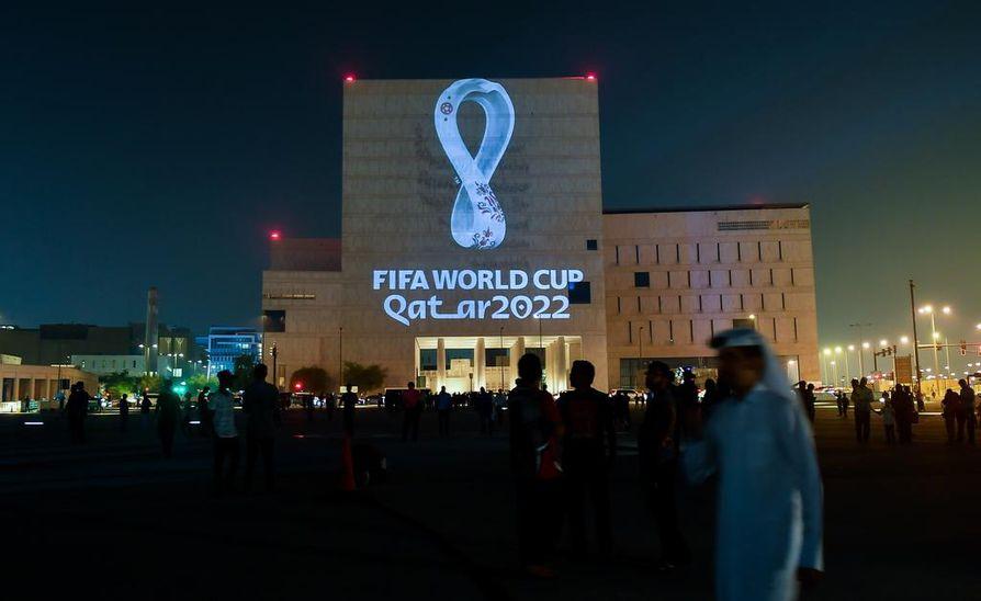 Vuoden 2022 jalkapallon MM-kisojen logo heijastettiin rakennuksen seinään Qatarin pääkaupungissa Dohassa 3. päivä syyskuuta. Ihmisoikeusrikkomukset ja ulkomaalaisten työntekijöiden työolot ovat puhuttaneet, kun Qatariin on rakennetut kisoja.