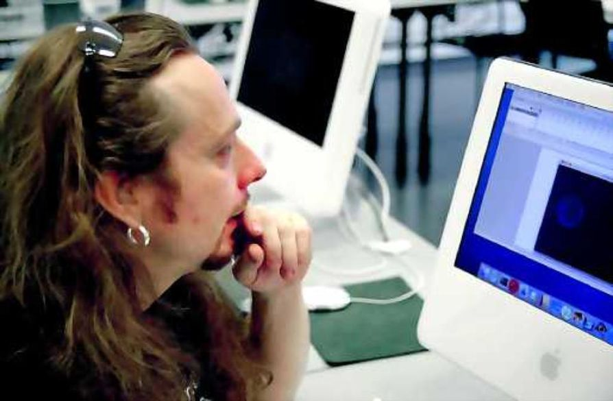 Ei rassattavaksi. Juhana Virtanen ihastelee Oulun yliopiston tietojenkäsittelytieteiden laitoksen uusia iMaceja, jotka eroavat perinteisistä PC-koneista melkoisesti.