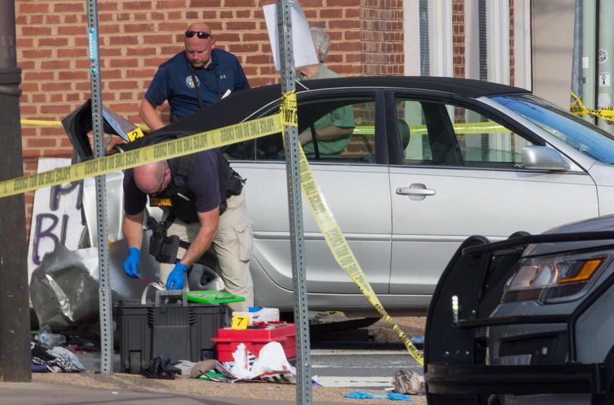 Poliisit tutkivat tapahtumapaikkaa Charlottesvillessä Virginiassa.